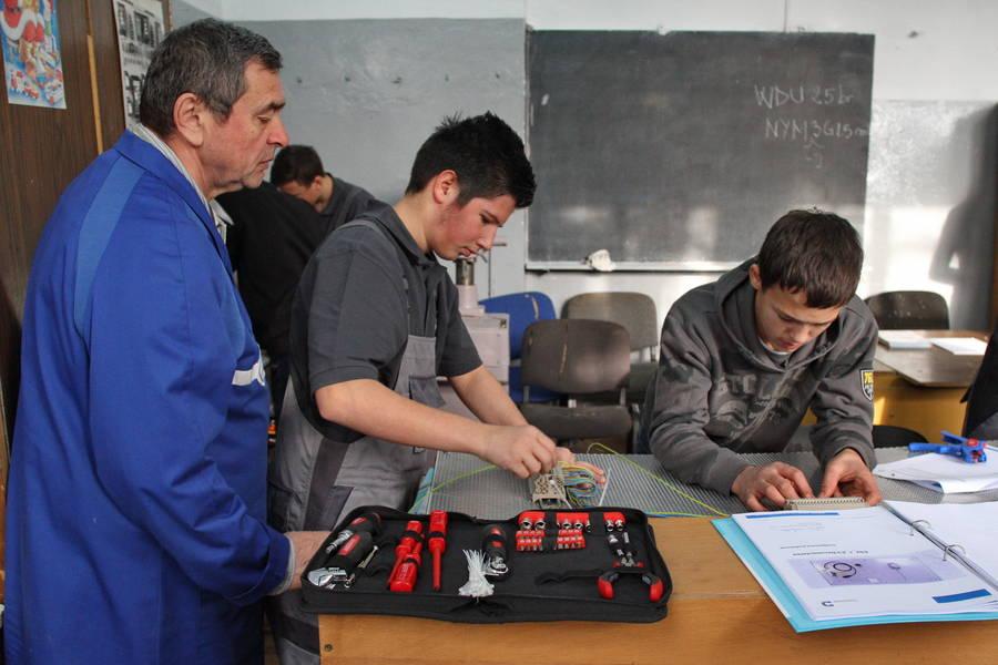 Der Ingenieur Miodrag Ianoşev (Foto) ist seit 40 Jahren für die Ausbildung im Werkunterricht zuständig. Er glaubt, dass er durchaus mit den technischen Anforderungen des dualen Systems Schritt halten kann. Fotos: Zoltán Pázmány